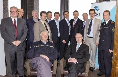 Neuer Beirat des KKI e.V. (vorn: THW-Präsident A. Broemme, Staatssekretär B. Krömer, rechts: Landesbranddirektor W. Gräfling, Mitte hinten: Vorstandsvorsitzender KKI e.V. U. Altmann)